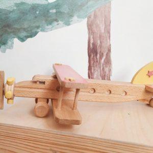 Avion de madera es un juguetes de madera ideal para que los niños se diviertan y desarrollen su motricidad