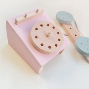 telefono de madera es un telefono de juguete ideal para jugar, para desarrollar su imaginación y para decorar la habitación infantil