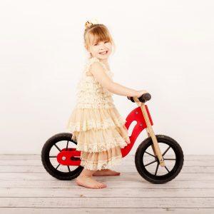 bicicleta sin pedales de madera es perfecta para que tu peque aprensa a mantener el equilibrio y montar una bicicleta con pedales