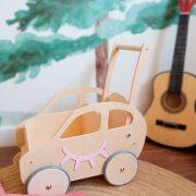 Carrito en forma de coche es unno de los juguetes de madera ideal para regalar