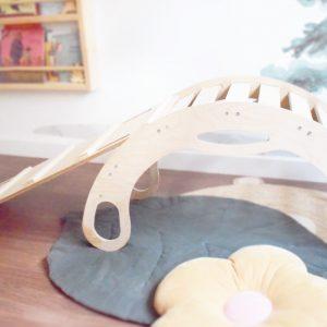 Arco y el balancín Pikler con rampa, que por un lado es escalera y por otro lado tobogán, componen un juguete ideal para la estimulación temprana de niños
