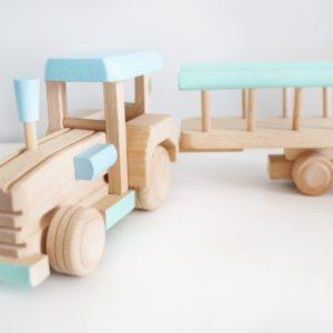 tractor de madera con remolque es un juguete de madera ideal para desarrollar la imaginación de los mas pequeños